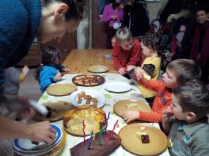 Magali prépare les assiettes