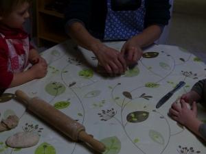 Magali nous montre comment faire une tresse avec le pain
